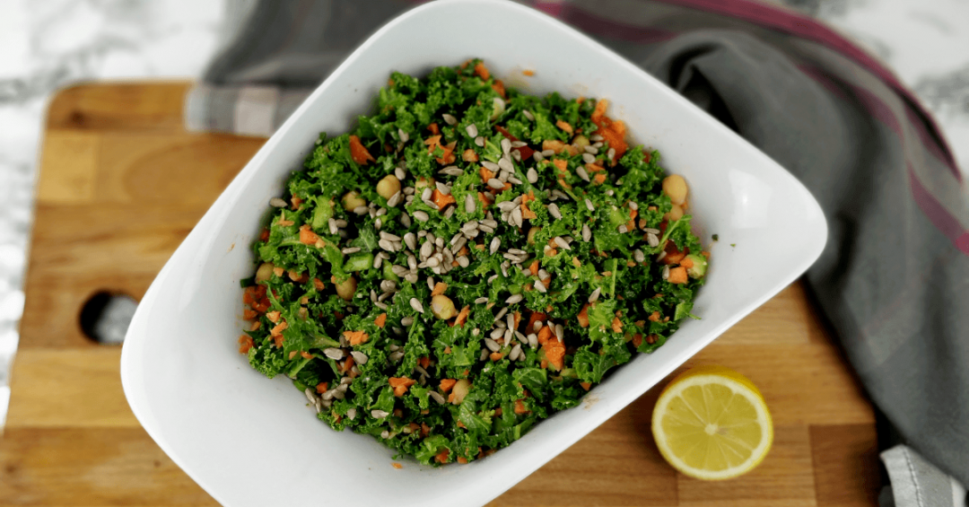 Roh veganer Grünkohlsalat